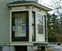 Detail of the front entry porch of the Capt. Charles Carty House, Dayton, Yarmouth County, NS, 2006.; Heritage Division, NS Dept. of Tourism, Culture & Heritage, 2006