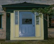 Detail of front entry of the Benjamin B. Porter House, Cedar Lake, Yarmouth County, NS, 2006.; Heritage Division, NS Dept. of Tourism, Culture & Heritage, 2006