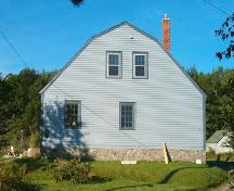 Side elevation showing grambrel roof line, Ryer-Davis House, Shelburne, NS, 2005.; Heritage Division, NS Dept. of Tourism, Culture and Heritage, 2005.