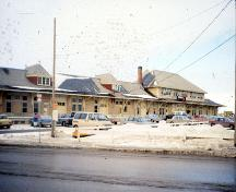 East (front) elevation of the Saskatoon Railway Station, 1990.; Parks Canada Agency/Agence Parcs Canada, Marilyn Armstrong-Reynolds 1990.