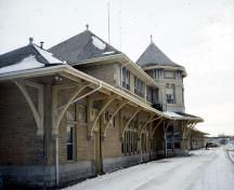 Corner view of east and south sides of the Saskatoon railway Station, 1990.; Parks Canada Agency/Agence Parcs Canada, Marilyn Armstrong-Reynolds 1990.