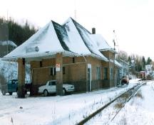 Corner view of the Canadian National Railway Station, showing both the rear and side façades.; Agence Parcs Canada / Parks Canada Agency, A. M. de Fort-Menares, 1993.