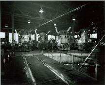 Photo of turntable and diesel locomotives inside Algoma Central Engine House, 1991.; Agence Parcs Canada/ Parks Canada Agency, Smyth Photo, 1991.