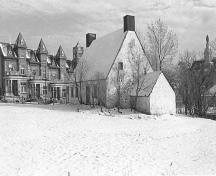 Corner view of the Bélanger-Girardin House, showing the north side and the front elevation, 1970.; Parks Canada Agency/ Agence Parcs Canada, 1970.