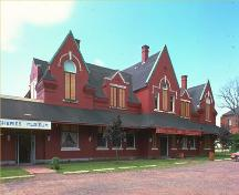 Corner view of the façade of the Pictou Railway Station (Intercolonial) showing the main entrance, 1985.; Parks Canada Agency / Agence Parcs Canada, 1985.
