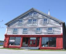 Front entrance, Ann Street, Cox's Warehouse, Shelburne, Nova Scotia, 2007. ; Heritage Division, NS Dept. of Tourism, Culture and Heritage, 2007.