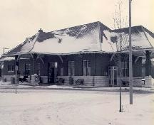 Corner view of the Canadian National Railway Station, showing both the front and side façades.; Heritage Research Associates, M. Carter, 1993.