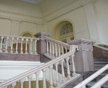 Vue de l'escalier principal dans la bibliothèque Carnegie, Winnipeg, 2004; Historic Resources Branch, Manitoba Culture, Heritage and Tourism, 2004