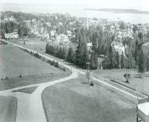 View of St. Andrews Historic District, from the north-east, looking to Passamaquoddy Bay and the Bay of Fundy, c. 1914.; Provincial Archives of New Brunswick /Archives provinciales du Nouveau-Brunswick, P11-189, c. 1914.
