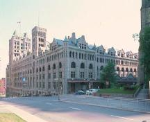 Exterior photo of Windsor Station (Canadian Pacific), 1990.; Parks Canada Agency/Agence Parcs Canada, CIHB/IBHC, 1990.