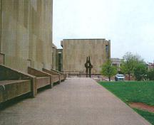View of part of the terrace at the Confederation Centre of the Arts, 2002.; Agence Parcs Canada/Parks Canada Agency, G. Charrois, 2002.