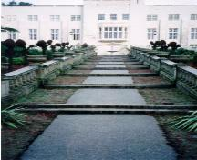 Canted steps leading to a fountain, above, in Hatley Park, 1995.; Parks Canada Agency/Agence Parcs Canada, L. Maitland, 1995.