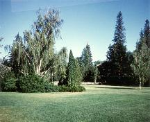 Lawns south of the former superintendent's residence, Forestry Farm Park and Zoo, 1988.; Agence Parcs Canada / Parks Canada Agency, 1988.