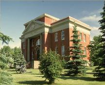 Corner view of the Wetaskiwin Court House, showing the front elevation with the central entrance, 1981.; Parks Canada Agency / Agence Parcs Canada, 1981.