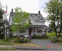 Exterior view of the Traveller's Hotel, August 2003.; Township of Langley, Julie MacDonald, 2003.