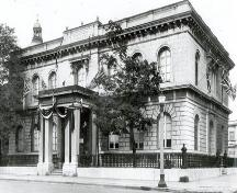 Corner view of the Kingston Customs House, showing the façade with the main entrance, 1927.; Library and Archives Canada / Bibliothèque et Archives Canada, PA-57417, 1927.