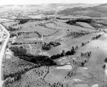 Photo aérienne d'une partie du Club de Golf Fraser Edmundston à ses débuts.  On voit sur la photo que la végétation des terrains était encore à un stade peu avancé.; City of Edmundston