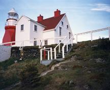 View of the north-east side of the Double Dwelling, showing its relationship to the adjacent lighttower, 1988.; Canadian Coast Guard / Garde côtière canadienne, 1988.