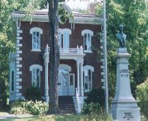 General view of the front façade of the Wilfrid Laurier House National Historic Site of Canada, showing a bust of Laurier, 1999.; Agence Parcs Canada / Parks Canada Agency, N. Clerk, 1999.