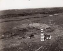 View of Cape Pine Lighthouse, showing l'emplacement très visible sur un cap accidenté, 1944.; Aviation royale du Canada / Royal Canadian Air Force, 1944.