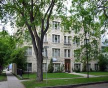 Primary elevation, from the southeast, of the Bellcrest Apartments, Winnipeg, 2006; Historic Resources Branch, Manitoba Culture, Heritage, Tourism and Sport, 2006