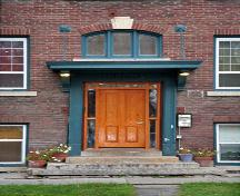 Detail view of the main entrance of the Thelma Apartments, Winnipeg, 2007; Historic Resources Branch, Manitoba Culture, Heritage, Tourism and Sport, 2007