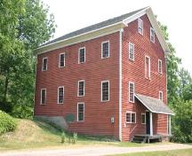 Of note are the 20 and 24 pane windows of the Otterville Mill.; Ministry of Culture, 2007.