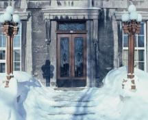 Detail of the Joliette Court House, showing its centrally placed entrance flanked by pilasters, 1982.; Agence Parcs Canada / Parks Canada Agency, 1982.