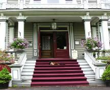 Detail of main entrance, Queen Anne Inn, Annapolis Royal, NS, 2005.; Heritage Division, NS Dept. of Tourism, Culture and Heritage, 2005