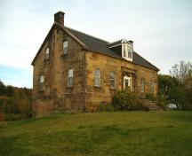 Side perspective, Peter Smyth House, Port Hood, 2004.; Heritage Division, Nova Scotia Department of Tourism, Culture and Heritage, 2004