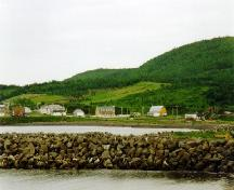 View of Le Boutillier Manor, showing its location on an open piece of land in Anse-au-Griffon, overlooking the village, 1997.; Parks Canada Agency / Agence Parcs Canada, Jocelyne Cossette, 1997.