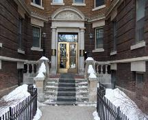 Main entrance of the Congress Apartments, Winnipeg, 2006; Historic Resources Branch, Manitoba Culture, Heritage, Tourism and Sport, 2006