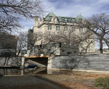 Contextual view, from the southeast, of Upper Fort Garry Gate, and in the background of the Fort Garry Hotel, Winnipeg, 2005; Historic Resources Branch, Manitoba Culture, Heritage, Tourism and Sport, 2005