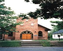 View of the main entrance of Sandwich First Baptist Church, showing its slightly elevated setting set back from the street.; Parks Canada Agency / Agence Parcs Canada.