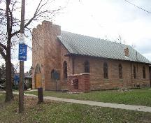 Corner view of Sandwich First Baptist Church, showing its locally-made brick construction materials with wood framing of doors and windows.; Parks Canada Agency / Agence Parcs Canada.