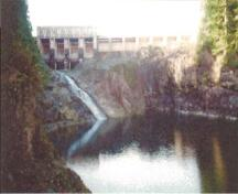 View of the blind slough dam at Stave Falls Hydro-Electric Installation, 2002.; Agence Parcs Canada / Parks Canada Agency, 2002.
