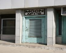 Detail view of the main entrance to the Moon Apartments, Carberry, 2007; Historic Resources Branch, Manitoba Culture, Heritage, Tourism and Sport, 2007