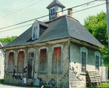Corner view of L'Isle-Verte Court House, showing the building state before de restoration, 1996.; Agence Parcs Canada / Parks Canada Agency, Ethnotech Inc., 1996.