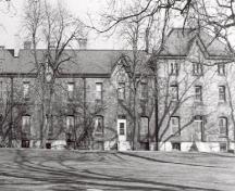 General view of Wolseley Barracks, showing the treed landscaping of its immediate setting.; Parks Canada Agency / Agence Parcs Canada.