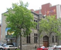 General view of the armoury, showing its symmetrical primary façade, which is faced with grey, rusticated, and textured Montréal limestone, 2006.; R. Goodspeed, 2006.