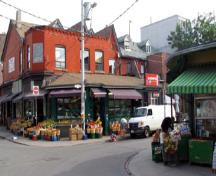 General view of Kensington Avenue in the Kensington Market National Historic Site of Canada, 2004.; Agence Parcs Canada / Parks Canada Agency, Michel Pelletier, 2004.