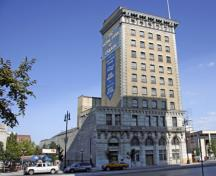Contextual view, from the east, of the Union Bank Building Annex, Winnipeg, 2006. The Annex is the two-storey section on the left side of the complex, adjoining the ten-storey Union Bank Building.; Historic Resources Branch, Manitoba Culture, Heritage and Tourism, 2006