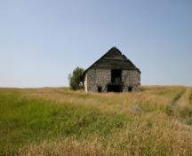 Contextual view, from the south, of the Reeves Barn, Alexander area, 2007; Historic Resources Branch, Manitoba Culture, Heritage and Tourism, 2007