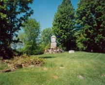 General view of the Battle of Eccles Hill, showing the commemorative monument, 1989.; Agence Parcs Canada / Parks Canada Agency, 1989.