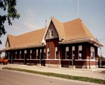 General view of VIA Rail/Canadian National Railways Station at Portage la Prairie, showing the south façade, 1992.; Agence Parcs Canada / Parks Canada Agency, 1992.