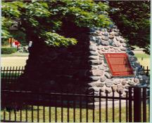Battlefield of Fort George National Historic Site of Canada, showing the cairn and the plaque marking the north-east corner of the battle site, 1989.; Parks Canada Agency/Agence Parcs Canada 1989