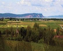 Dykelands and pastures of Grand Pré, with Cape Blomidon and the Minas Basin in the background, Grand Pré, N.S.   ; Courtesy of Parks Canada Agency