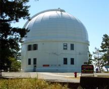 General view of Dominion Astrophysical Observatory National Historic Site of Canada (B.C.), showing its simple cylindrical massing topped by a domed roof, 2008.; Parks Canada Agency/Agence Parcs Canada, Andrew Waldron, 2008