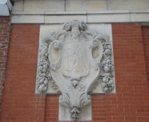 View of the Former Bank of Montréal, showing its white stone sculpted cartouches bearing the bank's initials, 2009.; Agence Parcs Canada / Parks Canada Agency, Jamie Dunn, 2009.