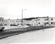 General view of Building 410, on the left, 1986.; Parks Canada Agency / Agence Parcs Canada, 1986.